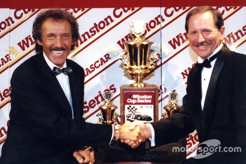 Richard Petty gratuliert Dale Earnhardt zu seinem 7. Titel