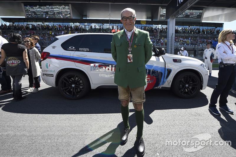 Carmelo Ezpeleta con gli abiti tradizionali austriaci