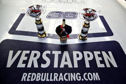 De trofeeën van Max Verstappen en Red Bull Racing
