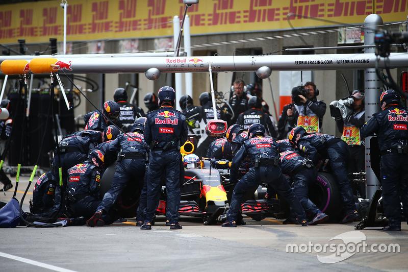 Даніель Ріккардо, Red Bull Racing RB12, робить піт-стоп