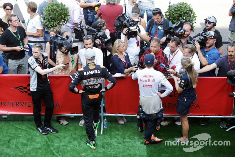(Da sx a dx): Nico Hulkenberg, Sahara Force India F1 ed Max Verstappen, Red Bull Racing con i media