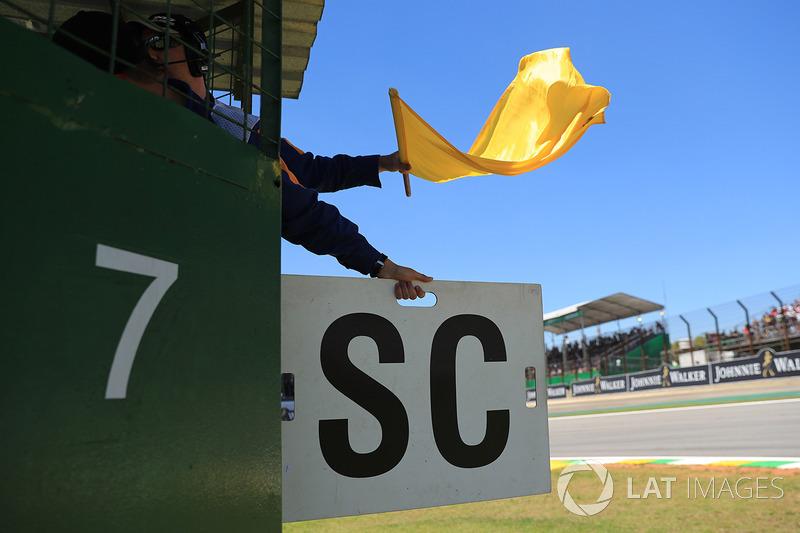 Oficiales con bandera amarilla