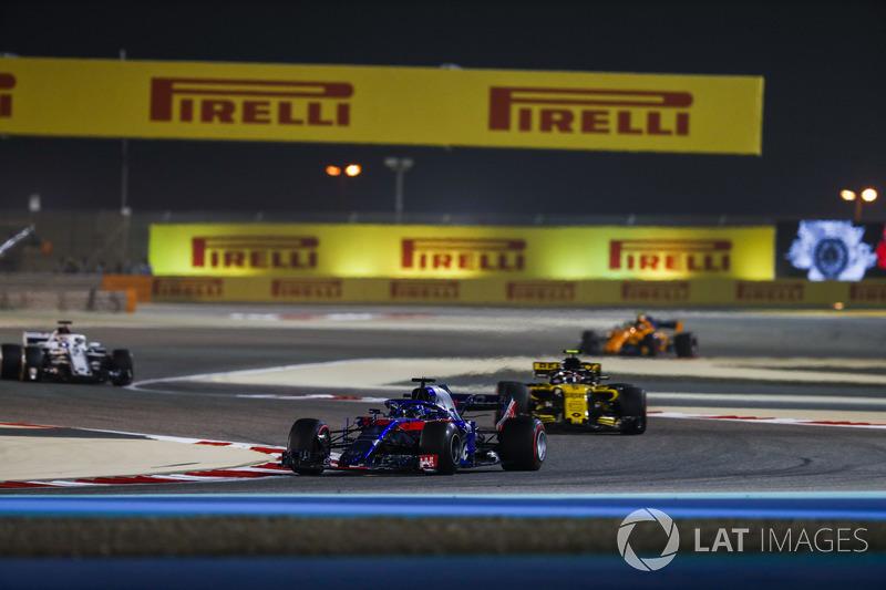 Brendon Hartley, Toro Rosso STR13 Honda, Carlos Sainz Jr., Renault Sport F1 Team R.S. 18, and Marcus