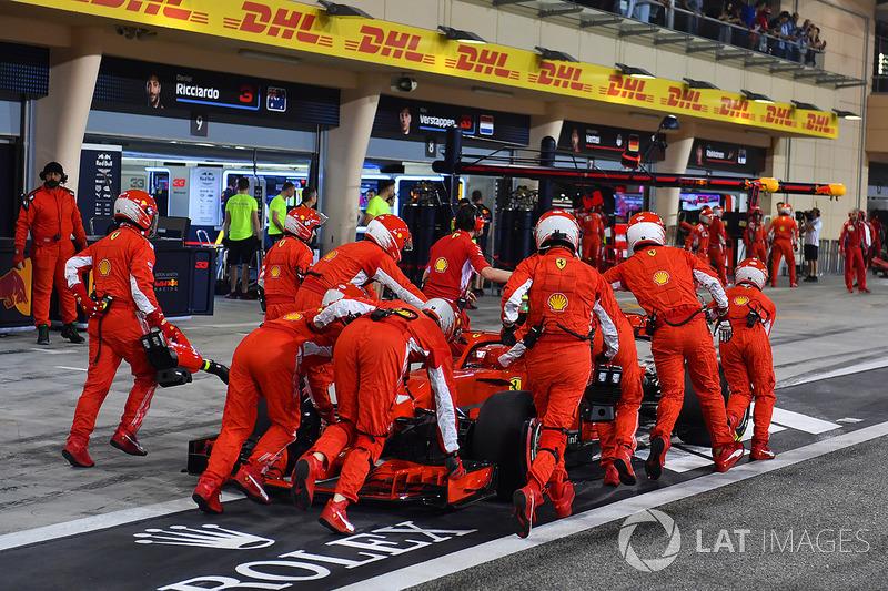 La voiture de Kimi Raikkonen, Ferrari SF71H est ramenée au stand