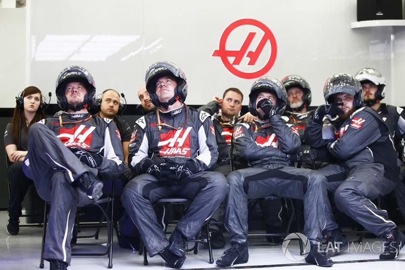 Механики Haas F1 в гараже