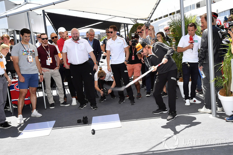 Fernando Alonso, McLaren plays hockey
