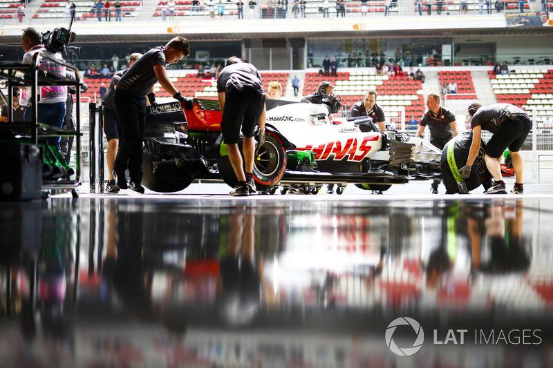 Los ingenieros regresan a Romain Grosjean, Haas F1 Team VF-18, al garaje