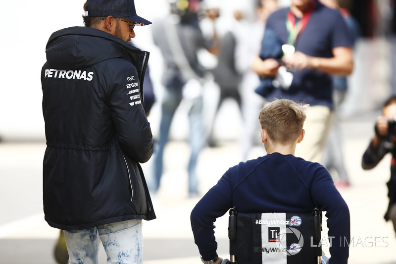 Billy Monger piloto de Fórmula 4 Británica, Lewis Hamilton, Mercedes AMG F1