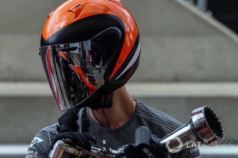 Механік McLaren з гайковертом