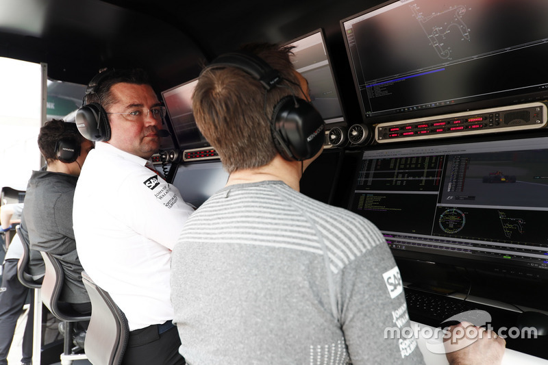 Eric Boullier, Racing Director, McLaren, and Stoffel Vandoorne, McLaren, on the pit wall