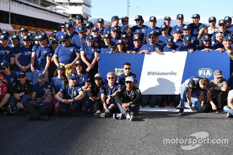 Гонщик Mercedes AMG F1 Льюис Хэмилтон, пилоты Ф1 и волонтеры FIA