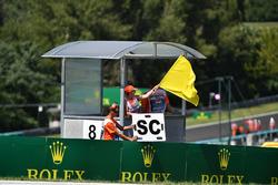 Un marshal sventola la bandiera gialla e il cartello della Safety Car