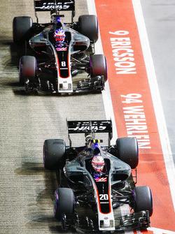 Kevin Magnussen, Haas F1 Team VF-17, Romain Grosjean, Haas F1 Team VF-17, dans la voie des stands