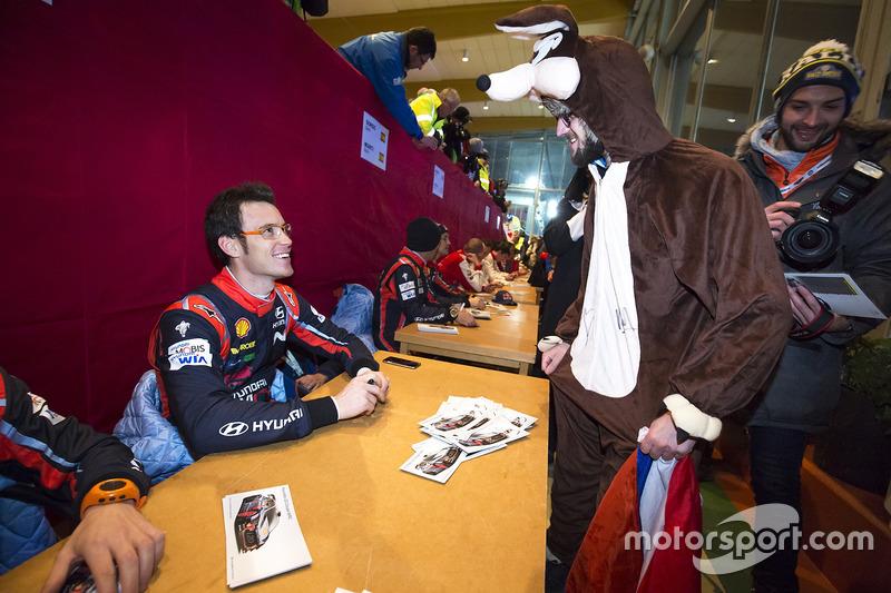 Thierry Neuville, Hyundai Motorsport, firma de autógrafos