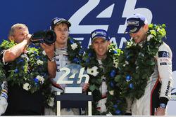Podium : les vainqueurs Timo Bernhard, Earl Bamber, Brendon Hartley, Porsche Team, Fritz Enzinger, chef de Porsche LMP1