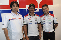 Tetsuhiro Kuwata, directeur du HRC, Cal Crutchlow, et Lucio Cecchinello, directeur du LCR Honda Team