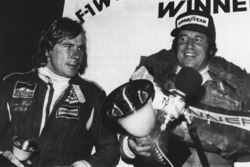 1. Mario Andretti, Lotus; 3. und Weltmeister James Hunt, McLaren