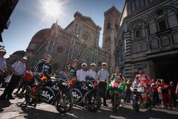 Andrea Migno, Francesco Bagnaia, Sam Lowes, Aprilia Racing Team Gresini, et Danilo Petrucci, Pramac Racing devant la Cathédrale Santa Maria del Fiore à Florence