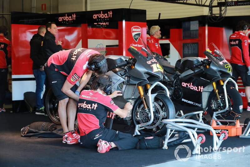Box: Aruba.it Racing-Ducati SBK Team