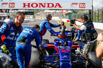 Pierre Gasly, Scuderia Toro Rosso STR13, in the grid with engineers
