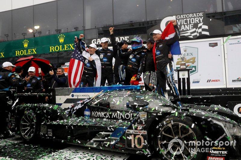 Los ganadores de las 24 Horas de Daytona 2019 #10 Wayne Taylor Racing Cadillac DPi: Renger Van Der Zande, Jordan Taylor, Fernando Alonso, Kamui Kobayashi