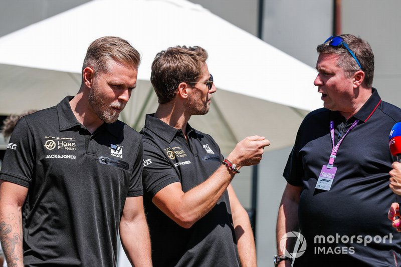 Romain Grosjean, Haas F1 Team, e Kevin Magnussen, Haas F1 Team, parlano con Ted Kravitz