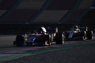 Daniil Kvyat, Scuderia Toro Rosso STR14 and Lewis Hamilton, Mercedes-AMG F1 W10 EQ Power+