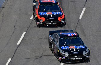 Kevin Harvick, Stewart-Haas Racing, Ford Mustang Mobil 1, Clint Bowyer, Stewart-Haas Racing, Ford Mustang Mobil 1 / Rush Truck Centers