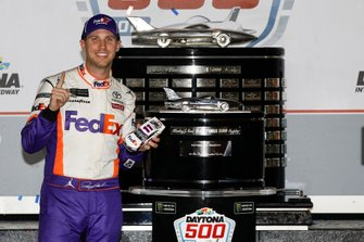 Ganador Denny Hamlin, Joe Gibbs Racing, Toyota Camry FedEx Express en victory lane