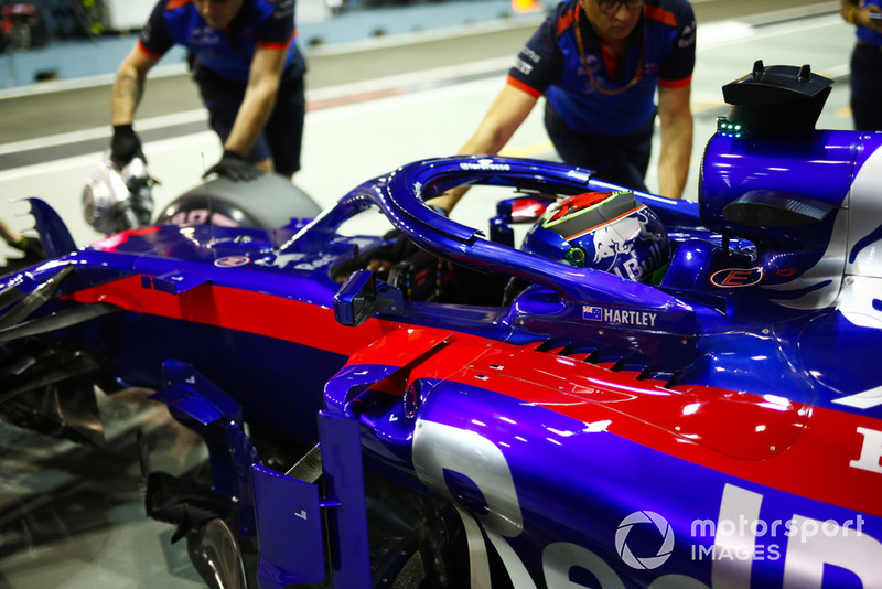 Brendon Hartley, Toro Rosso STR13, is returned to the garage.