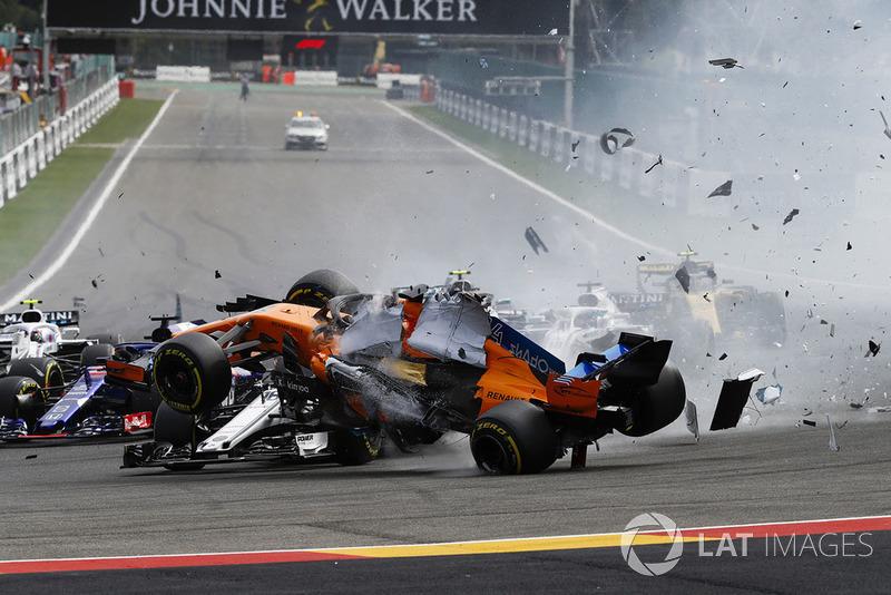Фернандо Алонсо, McLaren MCL33, врізається в Шарля Леклера, Sauber C37, після контакту з Ніко Хюлькенбергом, Renault Sport F1 Team R.S. 18, на старті