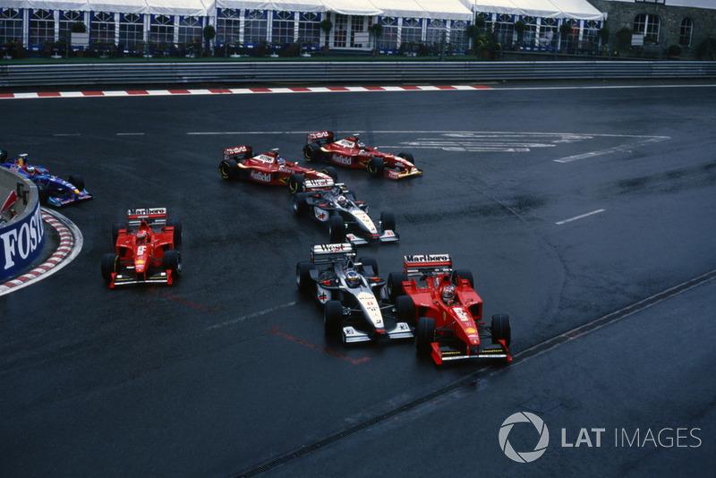 Михаэль Шумахер тем временем жестко выдавил Хаккинена – пилота McLaren развернуло, и в него врезался Джонни Херберт, выступавший тогда за Sauber