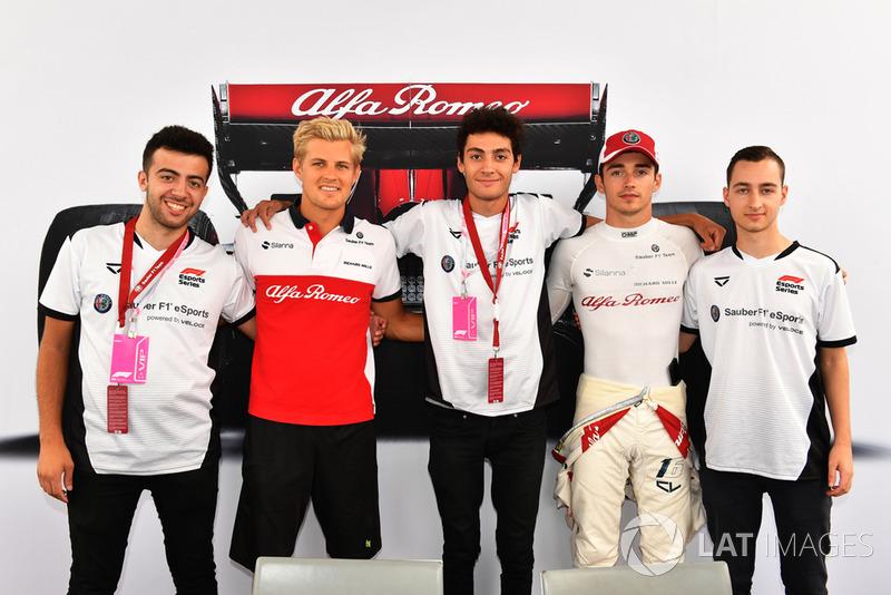Marcus Ericsson, Sauber y Charles Leclerc, Sauber con los pilotos de eSports