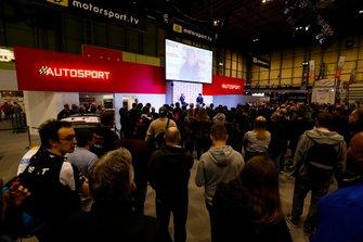 Carlos Sainz Jr. habla con Stuart Codling en el escenario de Autosport
