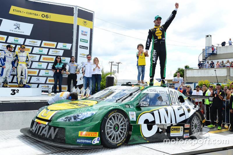 Antonio Pizzonia comemora vitória em Curitiba em cima do carro junto com filho