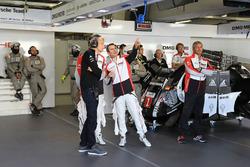 Брендон Хартли и Ромен Дюма в боксах команды Porsche Team