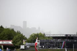 Blick zur Nürburg im Regen
