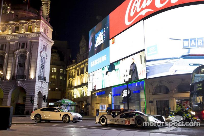 马克·韦伯伦敦中心区驾驶保时捷 919 Hybrid LMP1 赛车