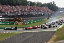 Ніко Росберг, Mercedes AMG F1 W07 Hybrid лідирує на старті гонки