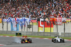 Даниил Квят, Red Bull Racing RB12 и Фелипе Масса, Williams FW38 - борьба за позицию