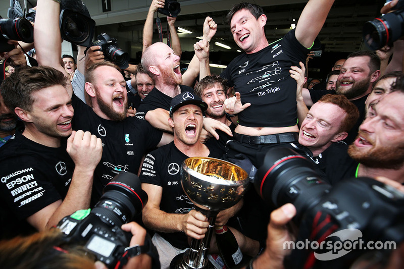 Race winner Nico Rosberg, Mercedes AMG F1 celebrates the Constructors' title with the team