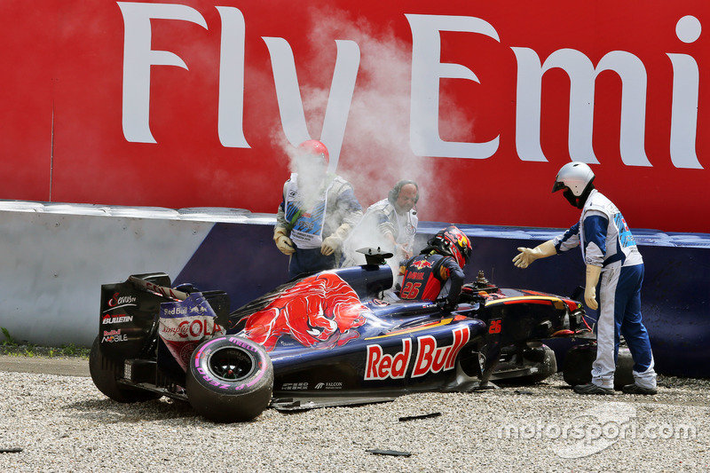 Daniil Kvyat, Scuderia Toro Rosso after a big crash