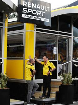 Сириль Абитбуль, управляющий директор Renault Sport F1 и Фредерик Вассёр, гоночный директор Renault