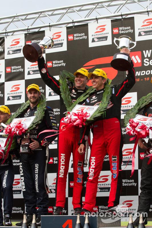 Podium:les vainqueurs Garth Tander et Warren Luff, Holden Racing Team