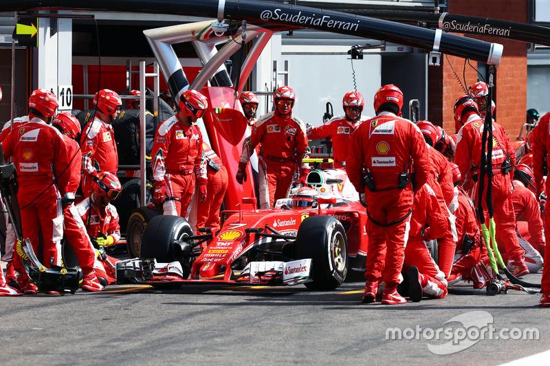 Kimi Raikkonen, Ferrari SF16-H makes a pit stop