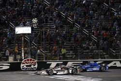 Will Power, Team Penske Chevrolet Tony Kanaan, Chip Ganassi Racing Honda take the checkered flag