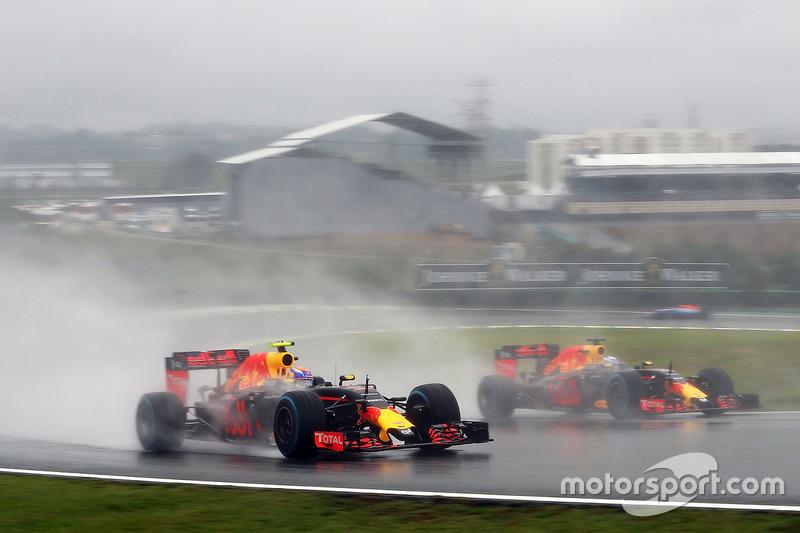 Борьба за позицию: Макс Ферстаппен, Red Bull Racing RB12, и Даниэль Риккардо, Red Bull Racing RB12