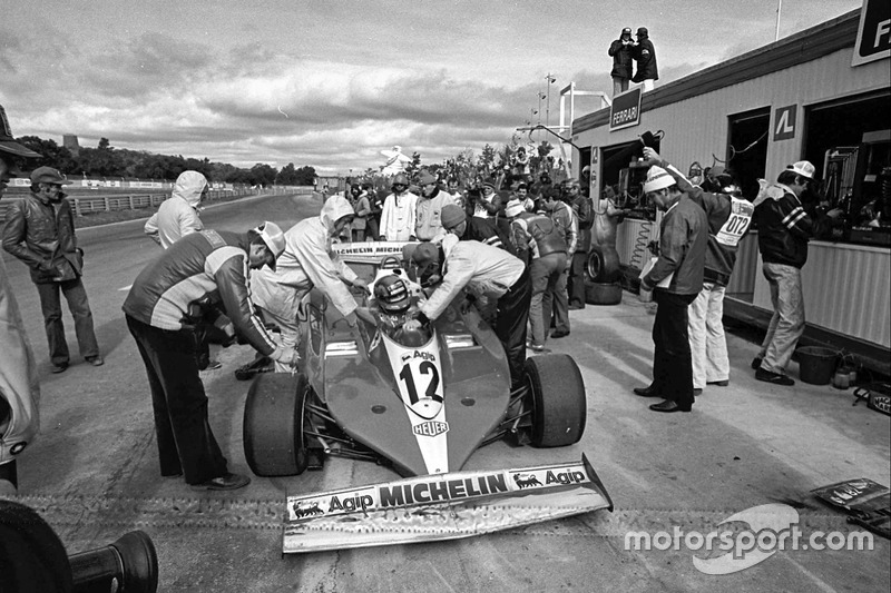 Жиль Вильнев перед гаражами Ferrari