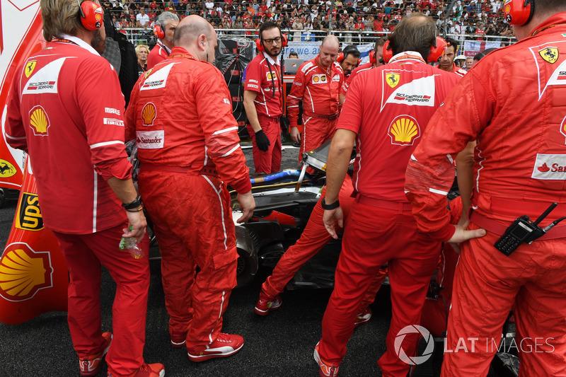 Ferrari attend to a problem on the car of Kimi Raikkonen, Ferrari SF70H