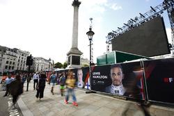 Lewis Hamilton, Mercedes AMG F1 pankartı